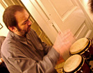 άντρας που παίζει bongos